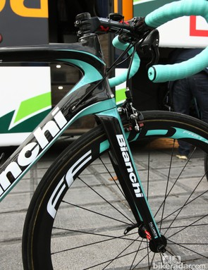 The tall head tube of Bianchi's 'Coast to Coast' geometry required this Vacansoleil-DCM rider to use a -17° stem