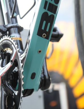 A dedicated battery mount is located on the underside of the down tube