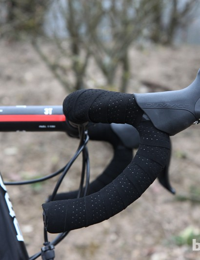 The 3T Ergosum Team handlebars are double-wrapped with fi'zi:k tape. There's also fi'z:k gel padding underneath, too