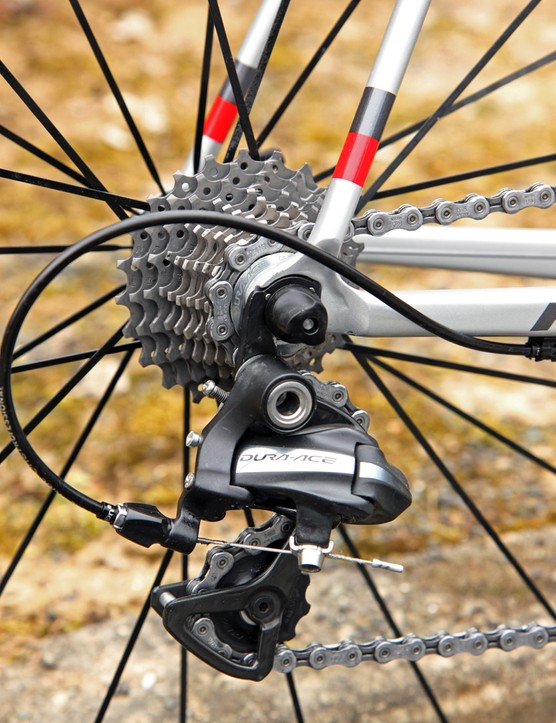 The Shimano Dura-Ace 7900 rear derailleur and 11-23T cassette are matched to a Shimano Ultegra chain