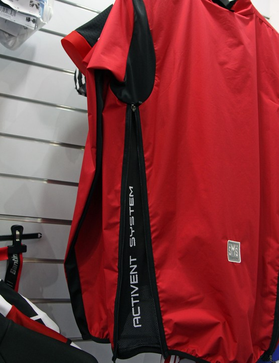 Zippered mesh vents run down the entire sides of the Santini Activent System jacket. Stretch panels at the back of the shoulder help maintain a close fit, too