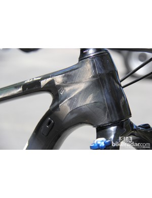 Tapered head tube with internal cable routing through the downtube
