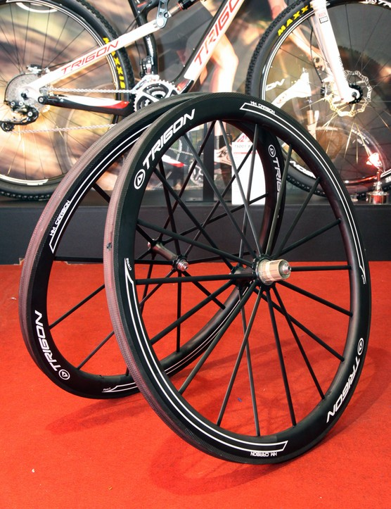 Trigon's new CW02 tubular road wheelset features nearly 100 percent carbon fiber construction, including the rim, spokes, and hub shells - all of which are molded together. Claimed weight is 1,190g per set