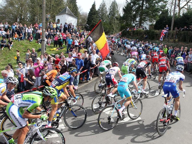 The peloton climbs the Mur de Huy in La Fleche Wallonne
