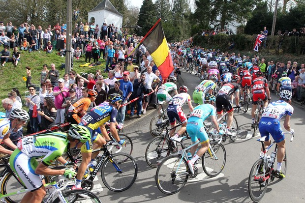 The peloton climbs the Mur de Huy in La Fleche Wallonne