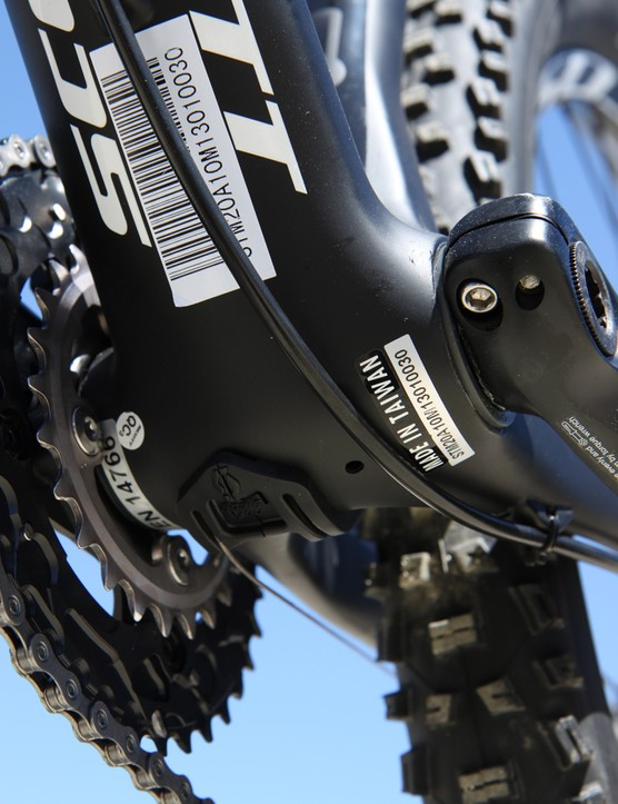 A removable plug under the bottom bracket makes it easier to run the internally routed derailleur cables on the Scott Scale 710