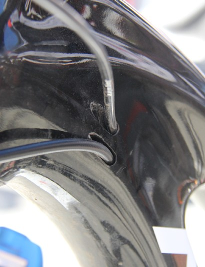 Cables are routed internally on both sides of the head tube