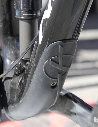 A rubber downtube guard protects the carbon frame against rock strikes