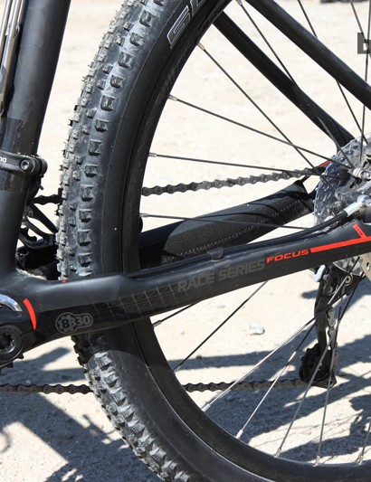 The rear brake caliper is mounted to the chain stay on the new Focus Raven 650b 1.0 carbon hardtail. The hose is internally routed