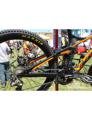 Kona has done a good job giving the new Carbon Operator a sleek and low-slung look. Note the continuous line from the top tube all the way through the linkage and seat stays to the dual pinch-bolt hollow dropouts
