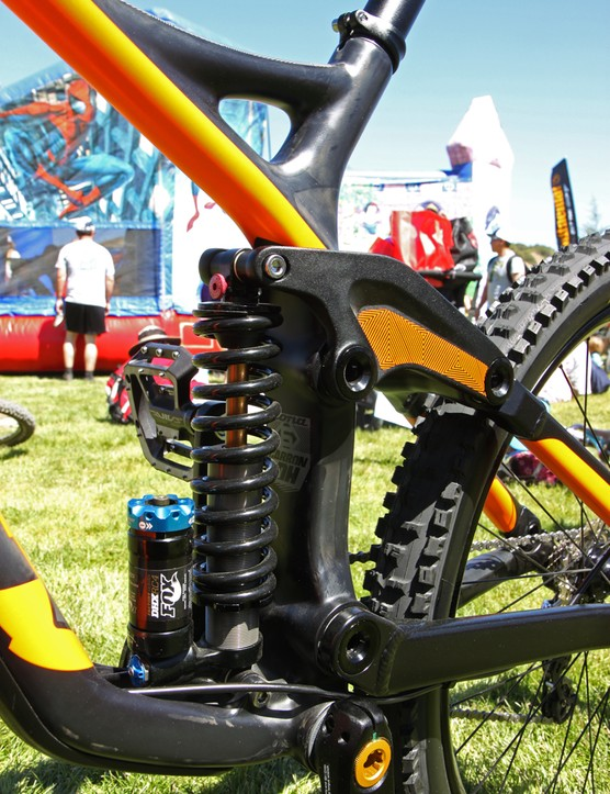The down tube and seat tube make full use of the 104.5mm-wide press-fit bottom bracket shell