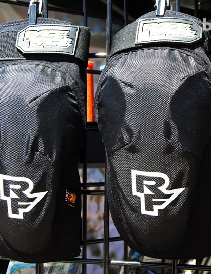 The Race Face Ambush pads feature d30 reactive padding embedded into a perforated neoprene-and-mesh body