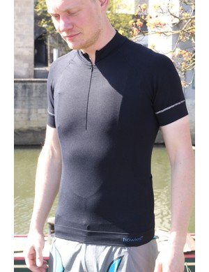 The Slipstream comes in long- and short-sleeved versions. Both have a very close-fitting cut, to avoid unnecessary flapping