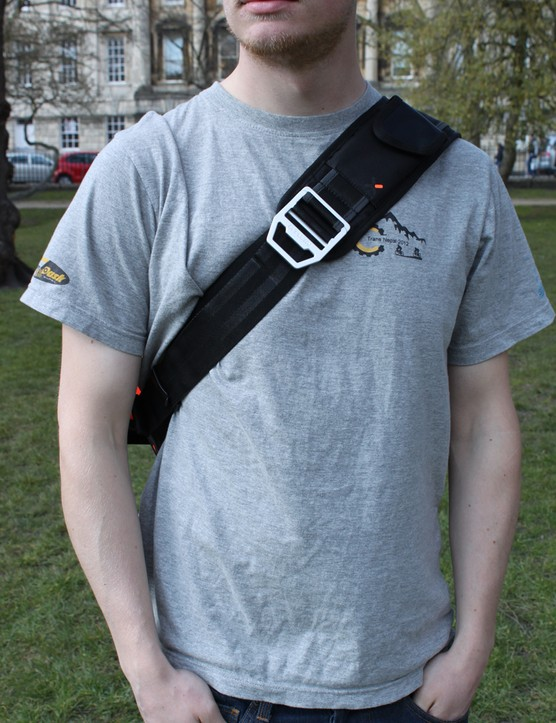 The shoulder strap is wide so it won't dig into your skin