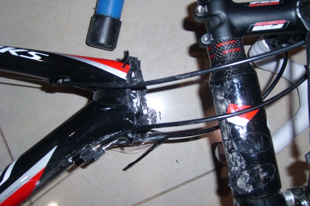 A fake Specialized Tarmac with the steerer tube sheared off