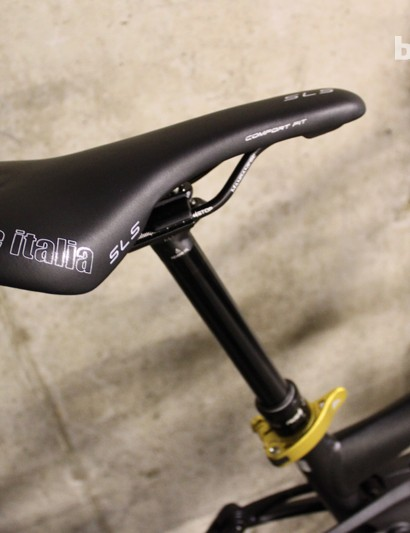 A RockShox Reverb Stealth dropper post keeps things looking nice and clean with its internal hose routing