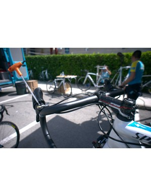Astana are running FSA bars and stems. In this case a set of K-Force New Ergo handlebars and an OS-99 carbon/alloy stem