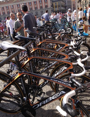 While they waited to be called on stage Euskaltel Euskadi parked up and took shelter from the heat