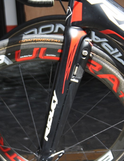 The Noah Fast's characteristic bayonet fork which integrates the braking system into the carbon for extra aero benefit