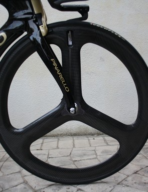 The standard three-spoke HED H3 carbon front wheel runs close to the shaped down tube