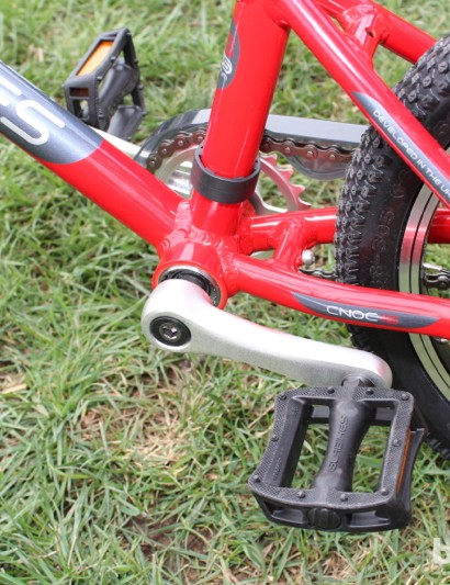 Unlike on bikes made for training wheels, here the cranks are tiny (100mm) and the bottom bracket is low to the ground (190mm to BB center)