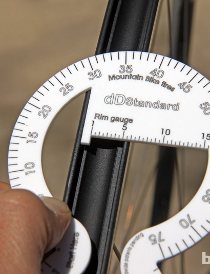 Using the dDstandard tool is simple. First, measure the internal width of the rim and note the value. This 16mm-wide yields a reading of about 5.5