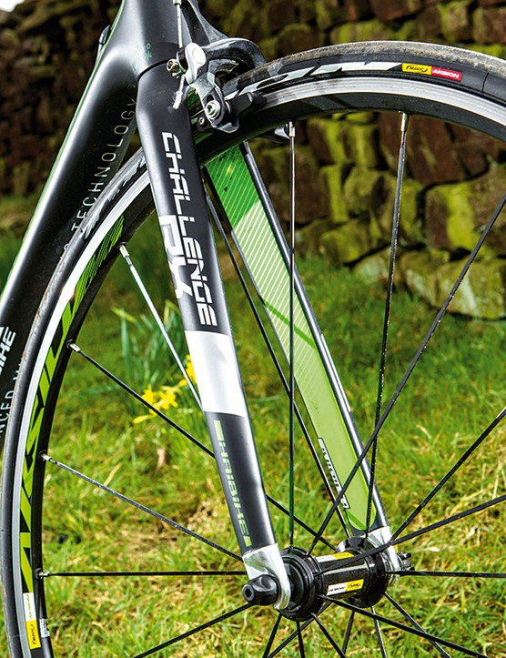 The chunky carbon fork has aluminium dropouts and a tapered steerer