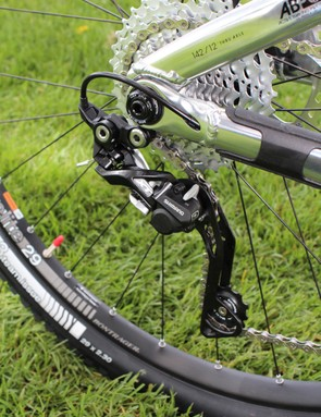 Internal cable routing for the Shimano XT Shadow Plus clutch-type derailleur