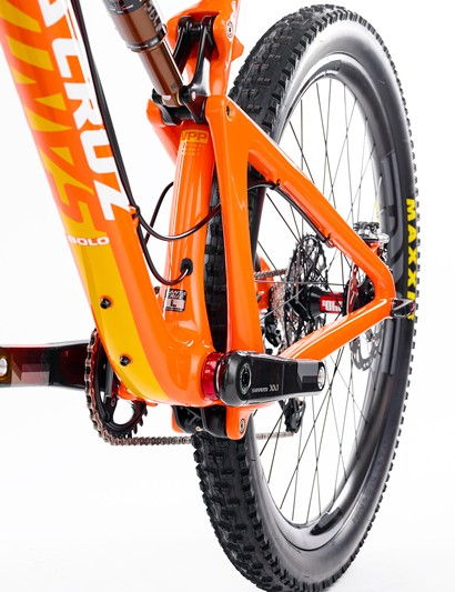 As on other Santa Cruz VPP bikes, the rear triangle is held together by a single upright strut on the non-driveside