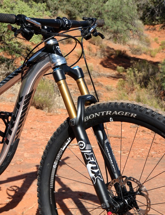 The large-diameter aluminum tubes, tapered head tube, 750mm-wide aluminum bar, meaty 2.3in-wide tires, and Fox 34 Float fork make for a supremely stiff and confident front end
