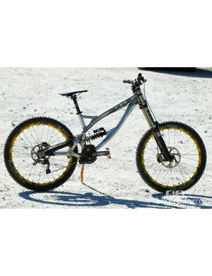 This is the first prototype downhill bike from Bulls Bikes and details are a little hazy right now. What we do know is the bike uses a high main pivot and pulley wheel assembly, has a 63 degree head angle and Wyn assures us that the next prototype will be lighter.