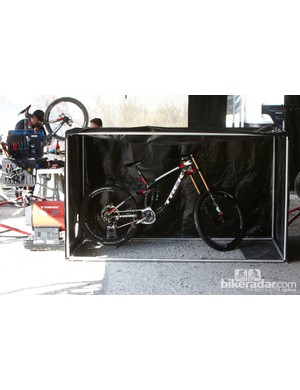 Trek World Racing showed us this crazy 'bike warmer'. The idea is simply stick this bike tent at the top of the hill, put the bike inside and warm the suspension and tyres up to optimal temperatures for better performance. TWR mechanics told us that the bike will need warming for between 20-30mins before the run to maximise performance.