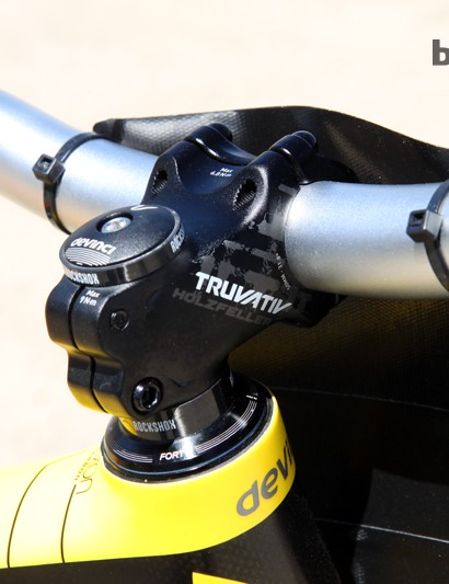 A compact 50mm-long Truvativ Holzfeller stem sits atop the Cane Creek Forty headset on Steve Smith's (Devinci Global Racing) Devinci Dixon Carbon