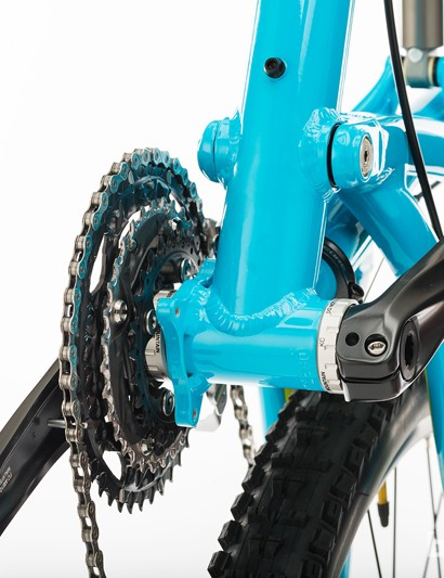 The underside of the frame reveals a 73mm threaded bottom bracket shell and ISCG 05 chain guide mounts