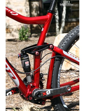 The kinked seat tube now directly integrates the upper linkage pivot, eliminating the welded-on mount of the old JET 9