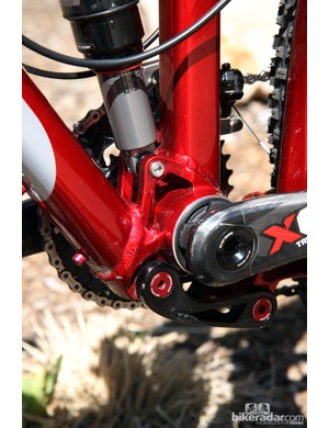The one-piece bottom bracket shell includes the lower shock mount and the forward lower linkage pivot to decrease weight and complexity
