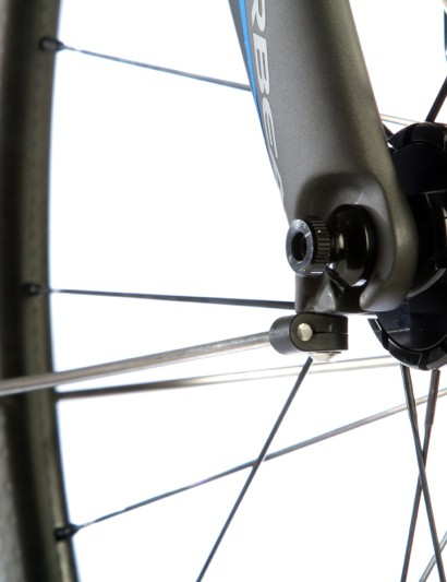 Discreet fender mounts on the bottom of the fork legs