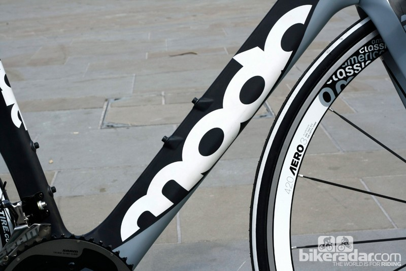 The lines of the sculpted down tube are accentuated by the swooping Moda logo