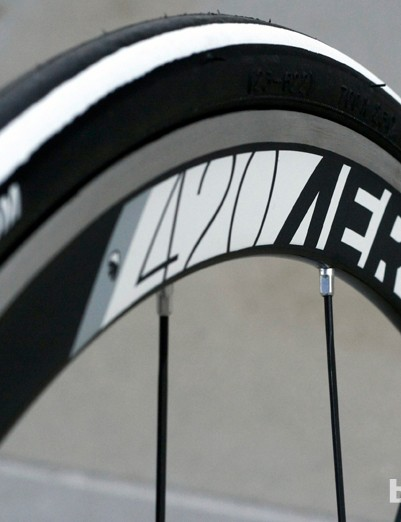 American Classic 420 Aero 3 wheels contribute to the aim of cutting through the air. Their black, white and grey colour fits perfectly with the rest of the bike too