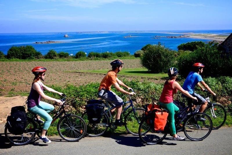 Cyclists on the Tour de Manche