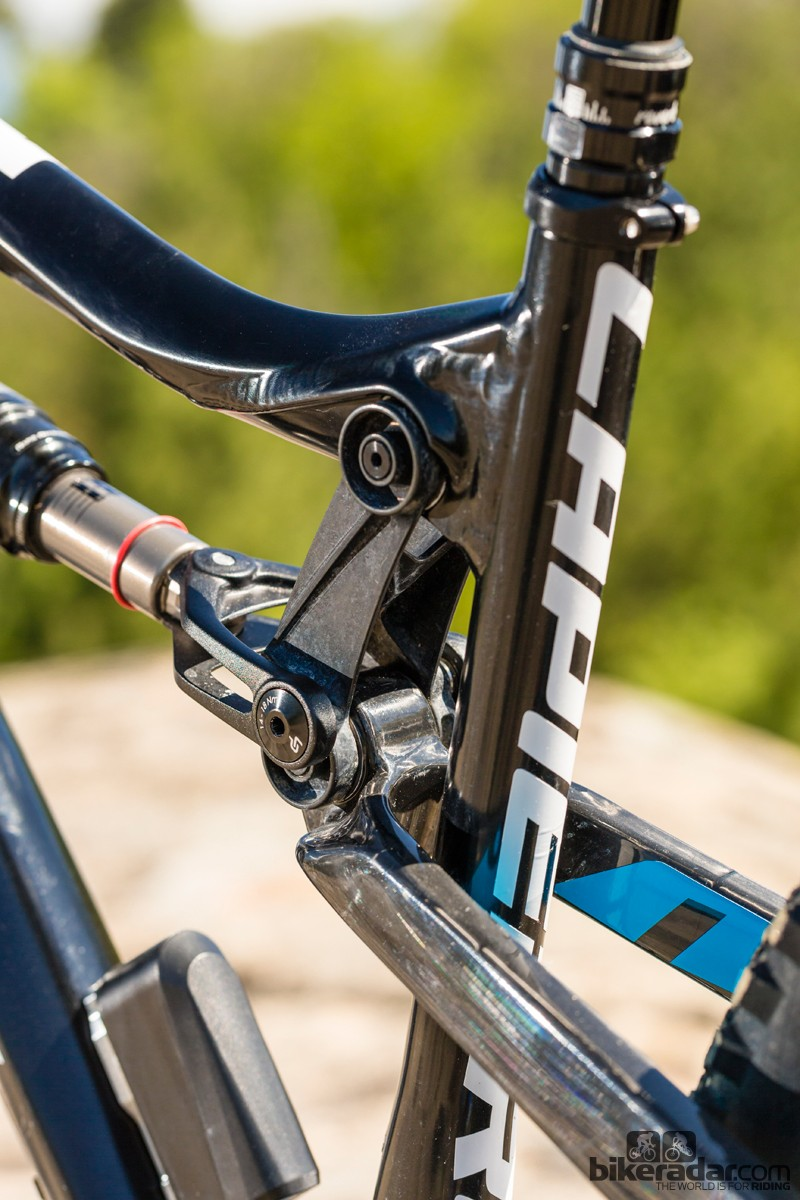The carbon seatstays are bridgeless to improve tyre clearance
