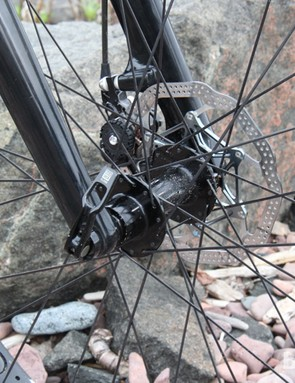 The fork uses a 15mm thru axle to increase front-end stiffness
