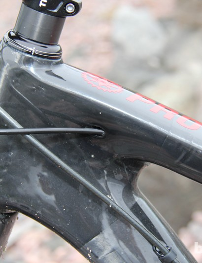 There's internal routing for the front and rear shift cables through ports on either side of the top tube; the rear brake line runs externally along the top of the down tube