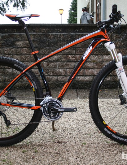 The lower priced Aera hardtail, here in the Comp version, features a full carbon fibre frame