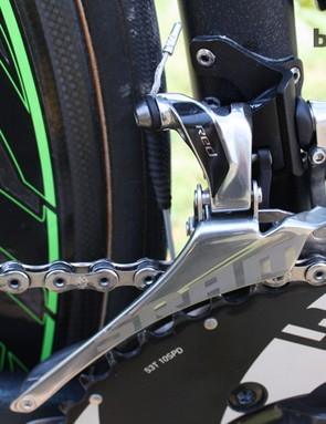 A 53T 10-speed SRAM chainring is used on the front