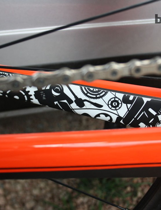 The contrasting bike parts motif becomes even more intricate on the chainstays and forks