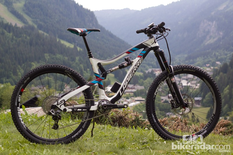 The top-of-the-range Lapierre Spicy 927 Ei is pretty much a replica of Nico Vouilloz's winning enduro race bike