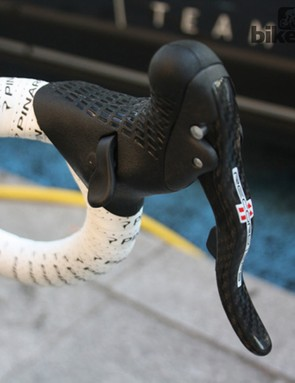 Quintana's Ergonomic Record 11 EPS shifters are attached to a narrow 40cm handlebar