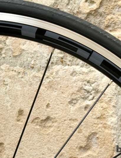 The Foil 40 rolls on Shimano R500 wheels, paired with a set of Continental Ultra Race tyres