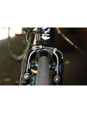 Straight-pull brakes are recessed into the front fork